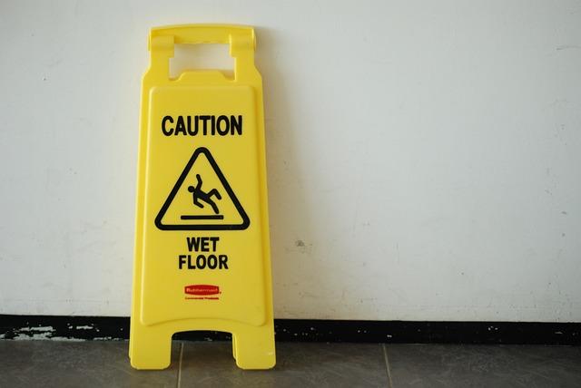 Responsabilità del supermercato per caduta su pavimento bagnato